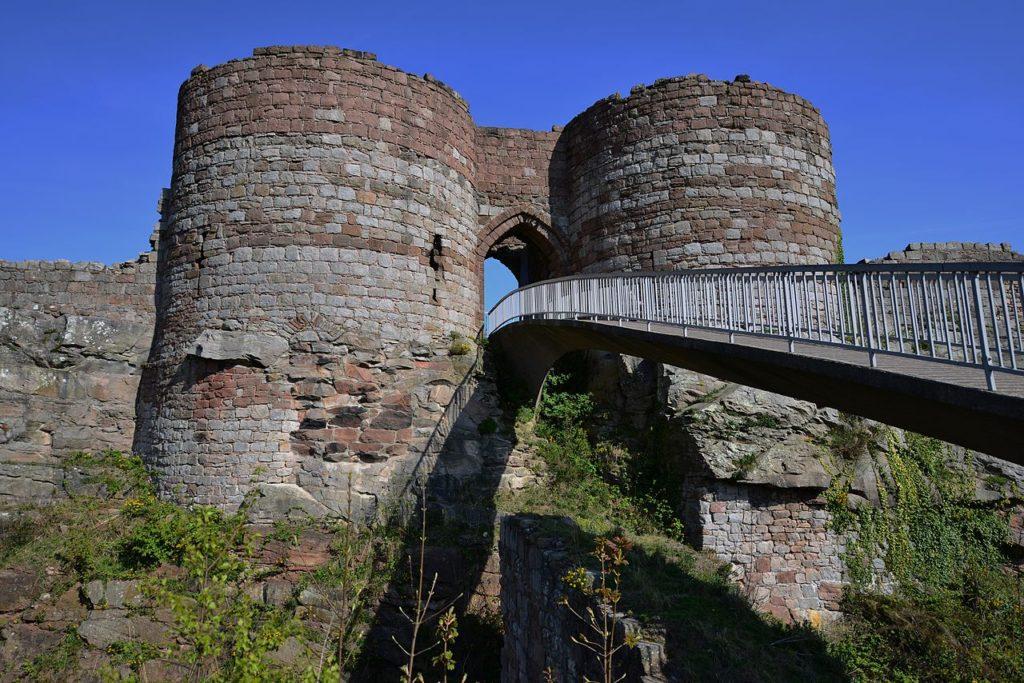Beeston Castle, Cheshire, HARTLEPOOLMARINA2014, Wikimedia Commons