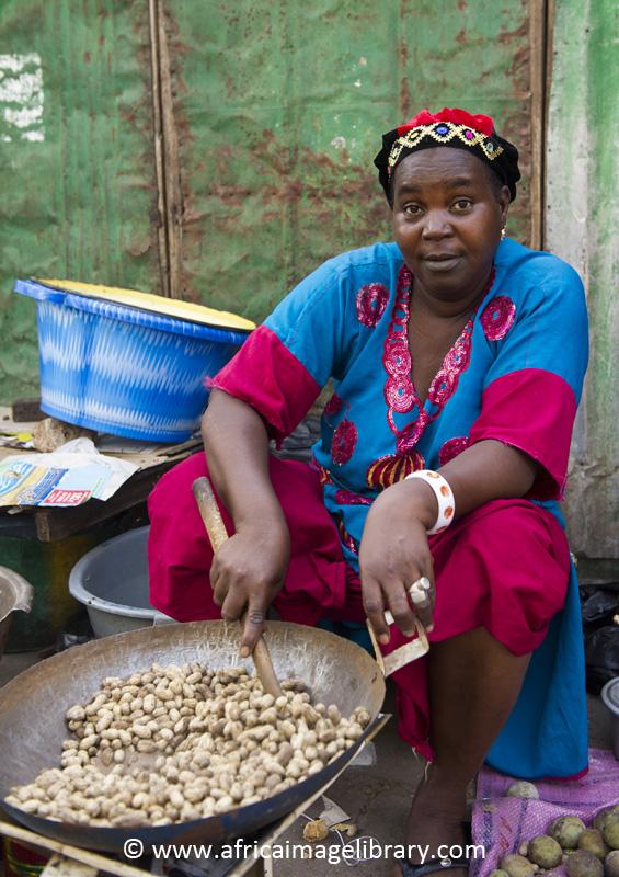 Food seller, Albert Market, Banjul, The Gambia by Ariadne Van Zandbergen, www.africaimagelibrary.com