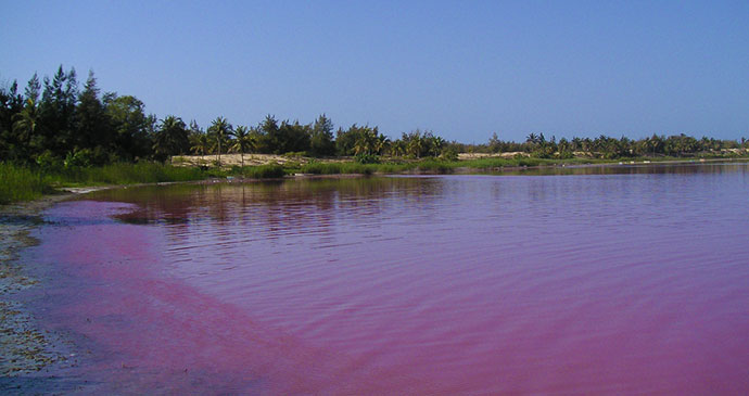 Lac Rose Senegal Africa © Arnault, Wikimedia Commons most spectacular lakes in the world
