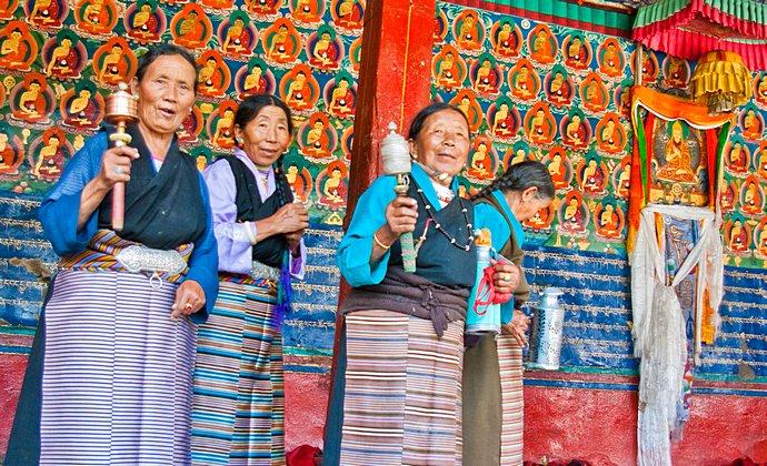 Tashilhunpo Monastery Shigatse Tibet China by Antoine Taveneaux CC-BY-SA