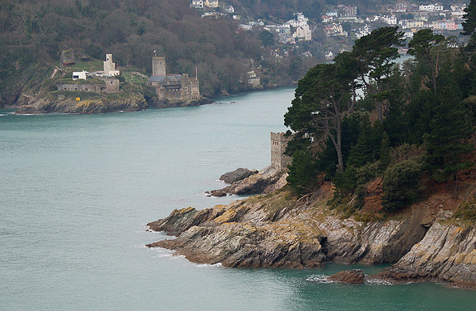 Twin castles, Dartmouth and Kingswear, Dart Estuary, South Devon by Nilfanion, Wikimedia Commons
