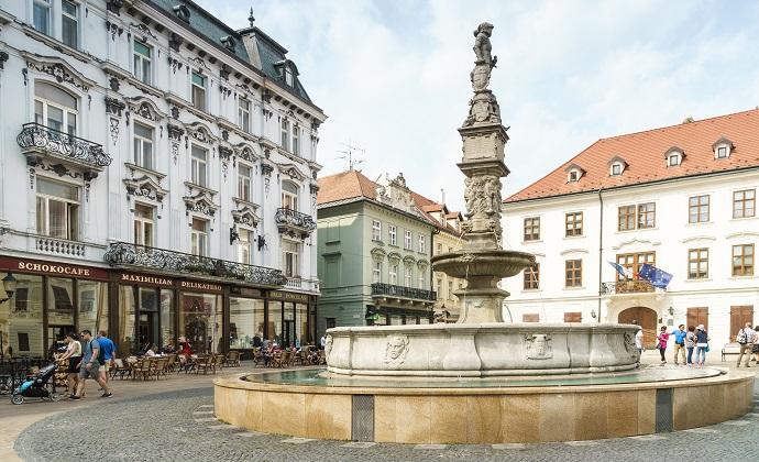 Roland Fountain Four Peeing Boys Bratislava Slovakia by Radler59, Wikimedia Commons