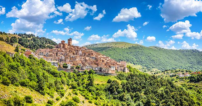 Castel del Monte, Gran Sasso e Monti della Laga National Park, L'Aquila, Abruzzo, Italy, minnystock/dreamstime.